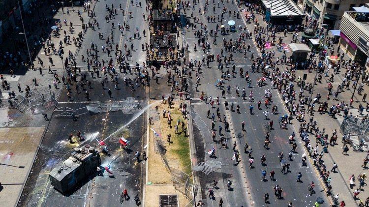Un camión de carabineros fue atacado durante una manifestación en Santiago (Photo by JAVIER TORRES / AFP)