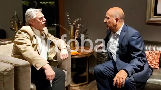 Alberto Fernández dialoga con uno de sus anfitriones mexicanos, Maximiliano Reyes Zúñiga, subsecretario de Asuntos Latinoamericanos, en un salón VIP del aeropuerto mexicano, instantes después de su llegada a México DF