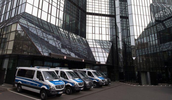 Fiscales alemanes se presentaron en la sede central del Deutsche Bank en Frankfurt en noviembre de 2018 por las sospechas de lavado dinero luego de las revelaciones de los Panama Papers. (Foto: Boris Roessler / DPA / AFP) / Germany OUT)