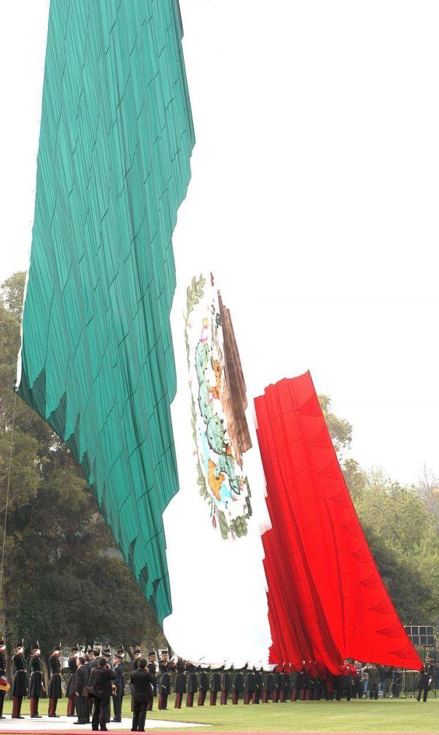El escudo, la bandera y el Himno Nacional no se les da ninguna atribución hacia los colores oficiales. (FOTO: Germán Romero/CUARTOSCURO)