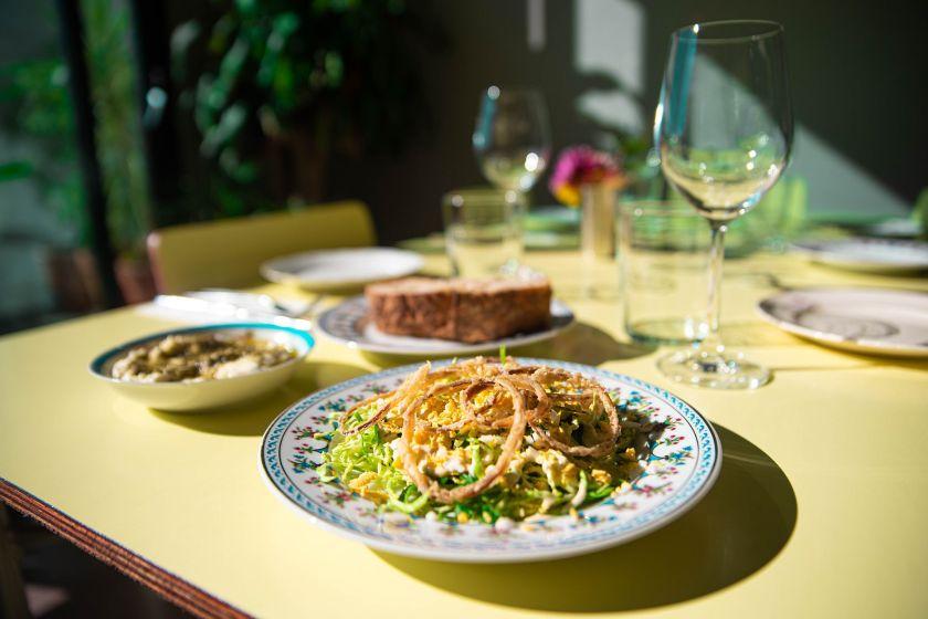 La idea detrás del famoso brunch de los domingos del restaurante a puertas cerradas es la de recrear aquella reconfortante sensación de llegar a casa y encontrar la mesa servida