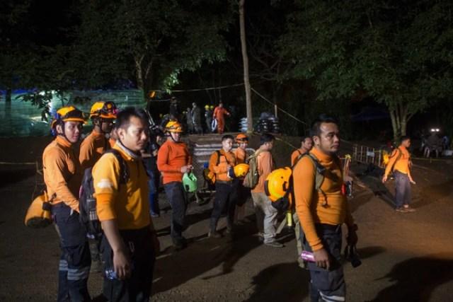 Voluntarios afuera de la cueva deKhun Nam Nang (AFP/ YE AUNG THU)