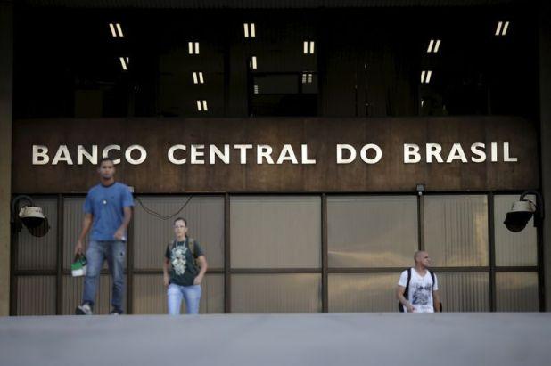 Imagen de archivo de personas andando al exterior de la sede del Banco Central de Brasil, en Brasilia. 23 septiembre 2015. REUTERS/Ueslei Marcelino