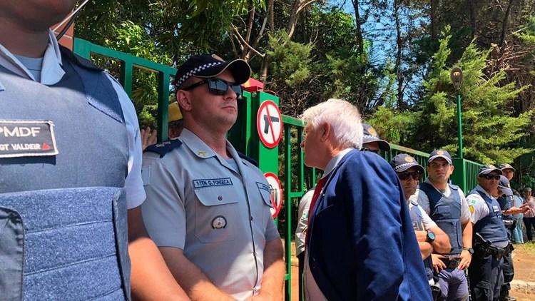 Se reforzó la seguridad en la puerta de la embajada (Crédito: Fernanda Kobelinsky)