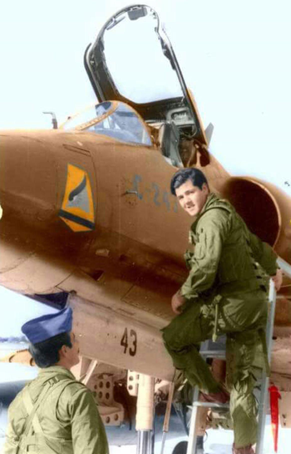 El 1er Teniente José Daniel Vázquez trepando a su Skyhawk tras ofrecerse como voluntario para una misión sumamente peligrosa. Tenía 30 años y acababa de ser padre por tercera vez.