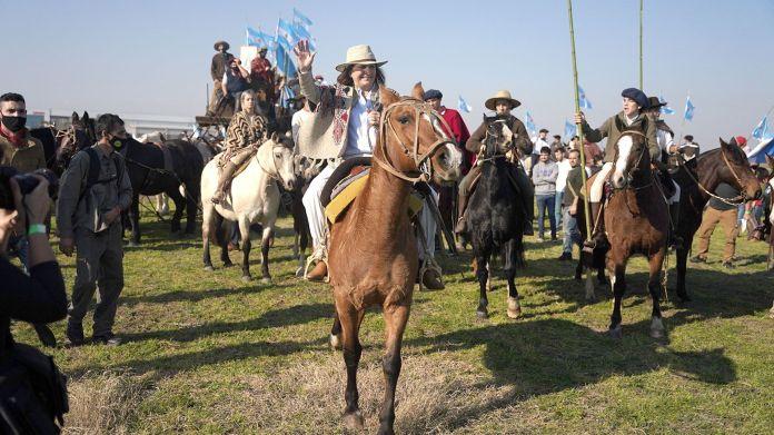 Patricia-Bullrich-caballo en-marcha-protesta-del-campo-hoy-9-de-julio-en-contra-del-gobierno-y-las-importaciones-San-Nicolas