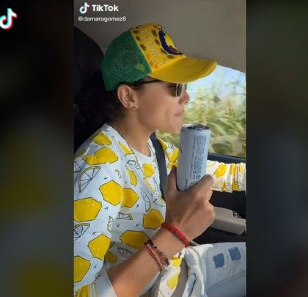 En otro de sus videos populares aparece tomando cerveza mientras asegura no importarle la pandemia de coronavirus (Foto: Captura TikTok Damara Gómez)