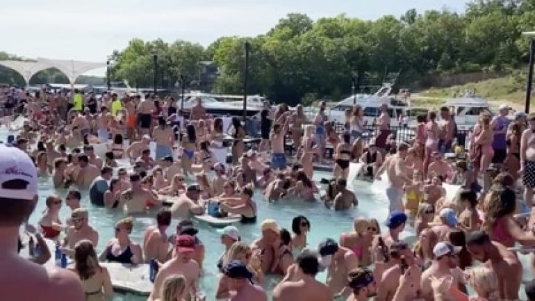 "Una multitudinara ""pool party"" en la playa Osage del Lago de Ozarks, en Missouri, el 23 de mayo pasado"