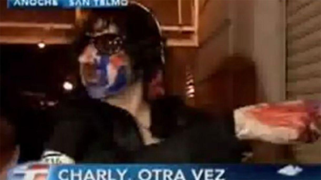 Charly con el rostro pintado e intentado ingresar por la fuerza a La Trastienda luego de que el local suspendiera su show. Fue el 12 de septiembre de 2007 (Foto: captura TN)