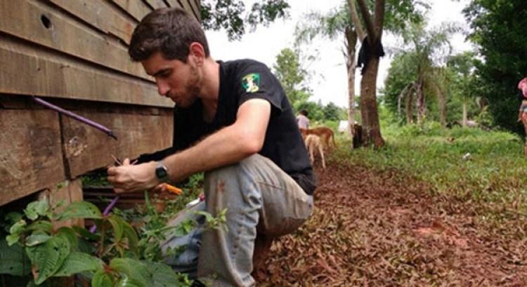 El profesor Bernardo De Elía trabaja en el cableado de toda la aldea Yaboty Mirí