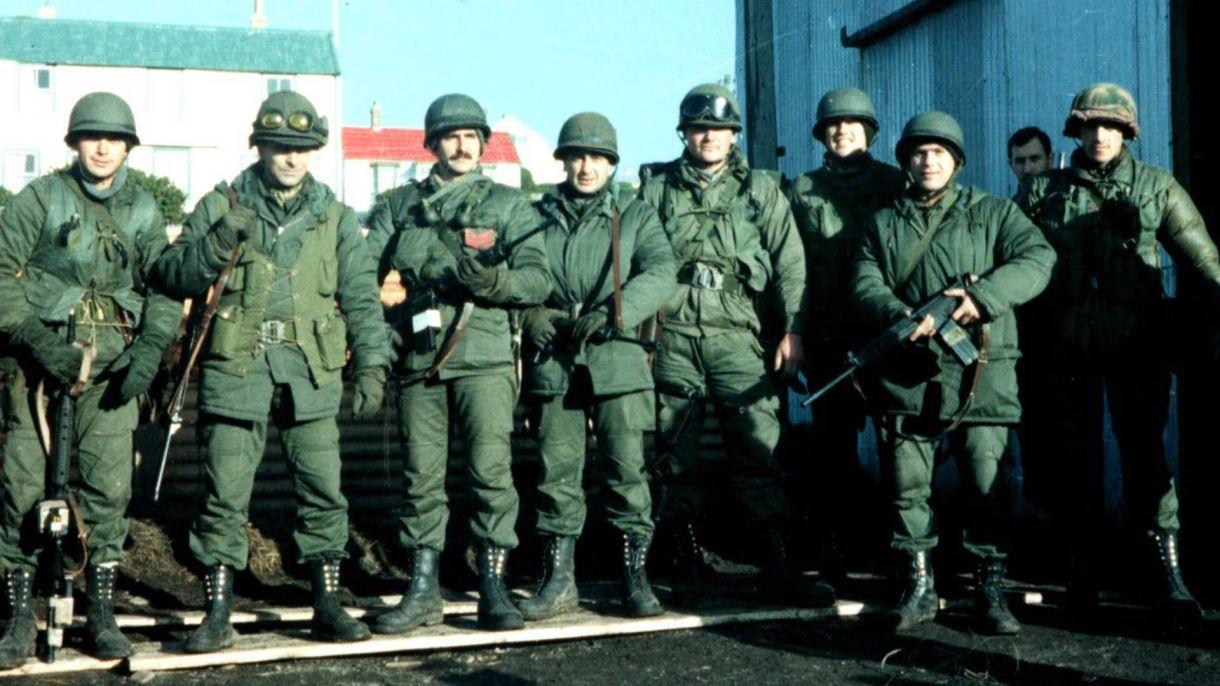 Aranda, junto a su escuadrón de la Gendarmería en Malvinas en mayo de 1982. Foto: Gentileza Gendarmería.