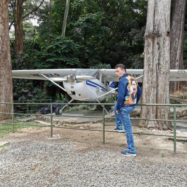 """Nicolás Escobar con la que afirma es la avioneta original que estaba en la Hacienda Nápoles, la cual fue usada para """"coronar"""" el primer cargamento de cocaína a los Estados Unidos"""