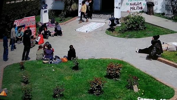Manifestantes frente a la municipalidad de El Bolsón. Aquí todavía se ve el busto de San Martín en su pedestal. Horas después, sería vandalizado