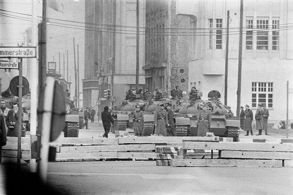 Tropas rusas frente al Checkpoint Charlie, el célebre punto de paso entre los dos lados del muro. (Getty Images)