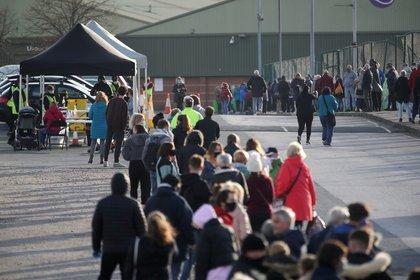 Personas hacen fila en un centro de testeo en Liverpool (REUTERS/Carl Recine)