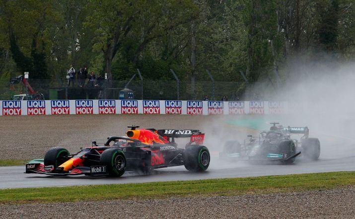 Max Verstappen hizo una gran partida y superó a Lewis Hamilton y a su compañero Checo Pérez (REUTERS/Guglielmo Mangiapane).