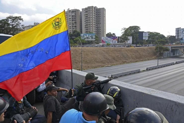 Militares venezolanos apostados en la base La Carlota (AFP)