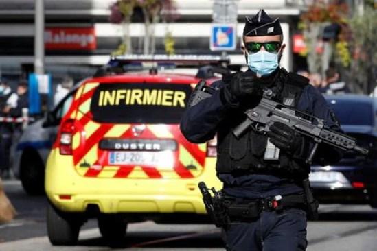 Un oficial de seguridad vigila tras un ataque con cuchillo (Reuters)