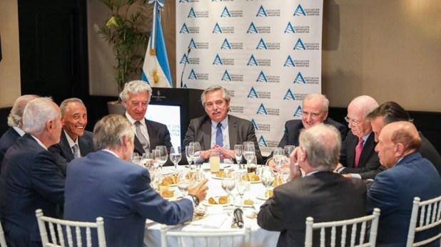 Alberto Fernández, en el encuentro de AEA. A la derecha, Alfredo Coto.