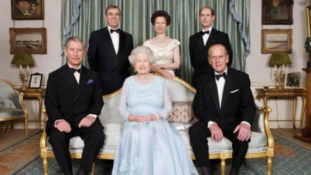 Isabel II y el príncipe Felipe con sus hijos con motivo de una cena organizada para conmemorar el aniversario de bodas de diamantes, Clarence House, Londres, Gran Bretaña, el 18 de noviembre de 2007