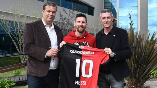 El secretario Juan José Concina y el vicepresidente segundo Cristian D'Amico junto a Lionel Messi en el predio de la AFA