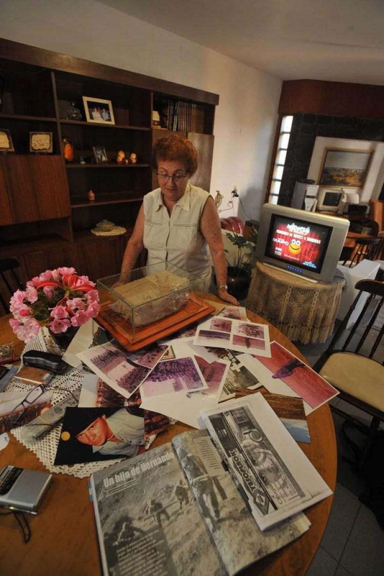 Ucha en su casa de Hernando, con las fotos y los recortes que recuerdan a su hijo. Protegida por un vidrio, guarda la última encomienda que se le envió a Fabricio y que él nunca recibió (La Voz)
