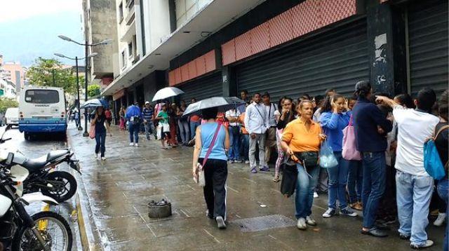 Larga fila en el Supermercado Luz del Chacao para comprar algun alimento básico a precio regulado