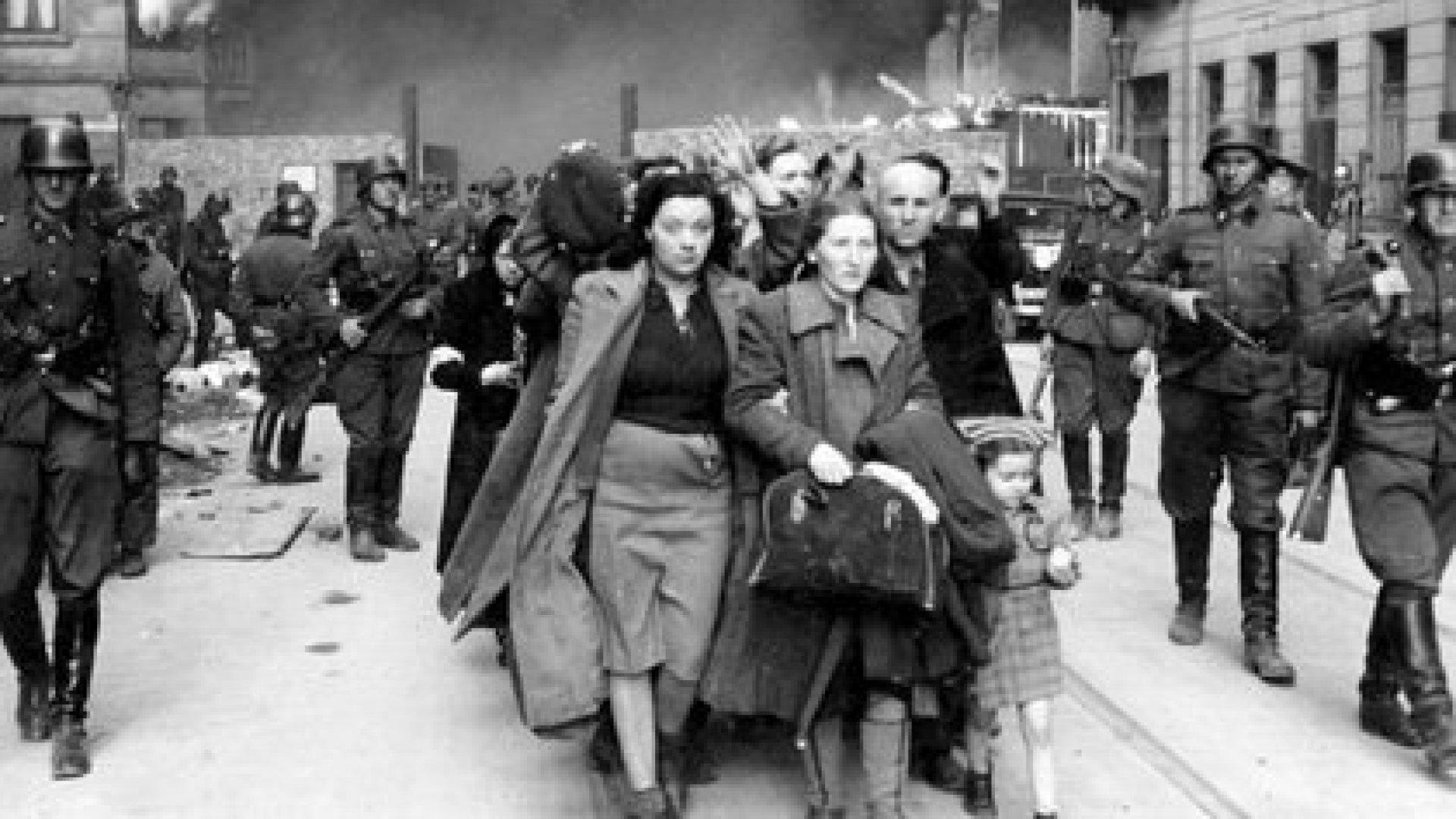 Un grupo de judíos polacos siendo deportados del gueto de Varsovia (AP)