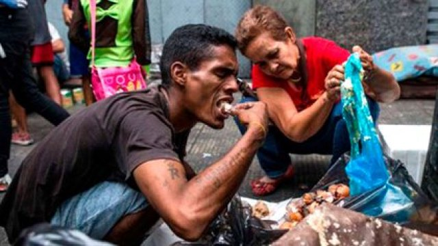 La miseria ha empujado a venezolanos a buscar qué comer en la basura
