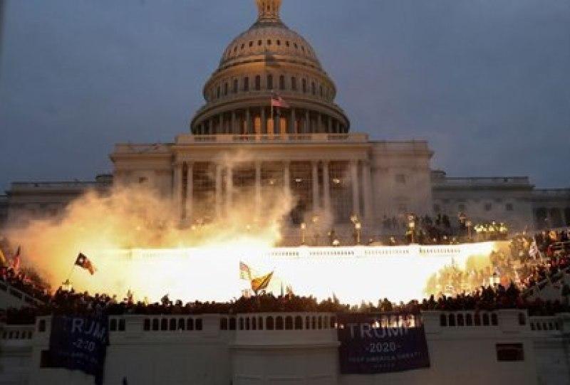 FOTO DE ARCHIVO: Una explosión causada por una munición policial mientras los partidarios del presidente de Estados Unidos, Donald Trump, se reúnen frente al edificio del Capitolio de Estados Unidos en Washington, Estados Unidos, el 6 de enero de 2021. REUTERS/Leah Millis