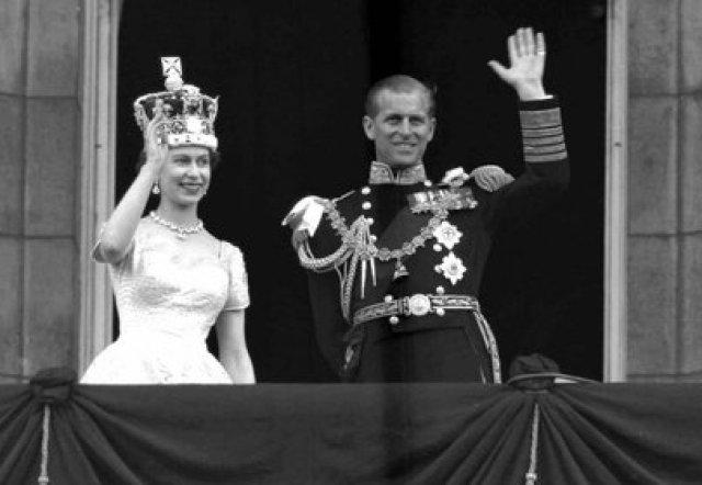 La reina Isabel II de Gran Bretaña y el príncipe Felipe, duque de Edimburgo, mientras saludan al pueblo desde el balcón del Palacio de Buckingham, tras su coronación en la Abadía de Westminster, Londres