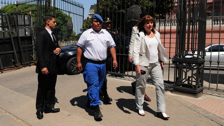 El policía Luis Chocobar junto a la ministra de Seguridad, Patricia Bullrich, al salir de la Casa Rosada