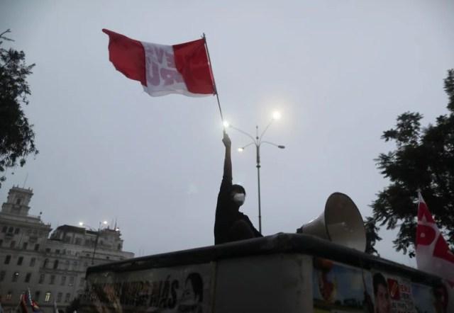 FOTO DE ARCHIVO-Un manifestante contra la candidata a la presidencia de Perú Keiko Fujimori agita una bandera durante una manifestación previa a la segunda vuelta electoral del 6 de junio entre Fujimori y Pedro Castillo, en Lima, Perú. 1 de junio de 2021. REUTERS/Sebastián Castañeda