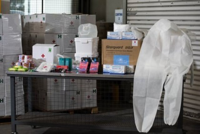 """Parte de los kits que se armaron con los más de 300 mil barbijos quirúrgicos adquiridos y los 20 mil overoles que se compraron con los $91.802.915 recaudados en el teletón """"Unidos por Argentina"""""""