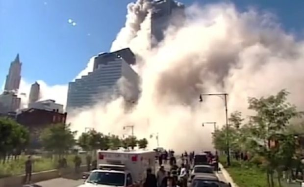 El periodista de la CBS, Mark LaGanga, se adentró en la nube de polvo para cubrir el ataque (Foto: captura video CBS/Mark LaGanga)
