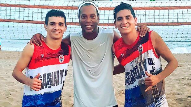 Ronaldinho junto a Lugo y Dávalos (@fernanditolugoo)