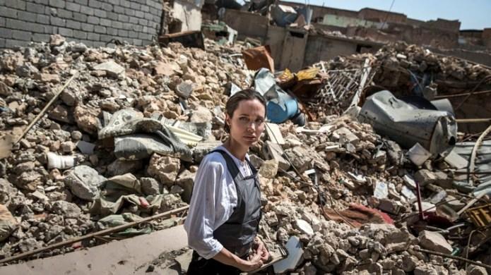 Esta fotografía publicada por ACNUR muestra a la Enviada Especial Angelina Jolie visitando la Ciudad Vieja en el oeste de Mosul durante una visita a Irak, el 16 de junio de 2018. (AFP)