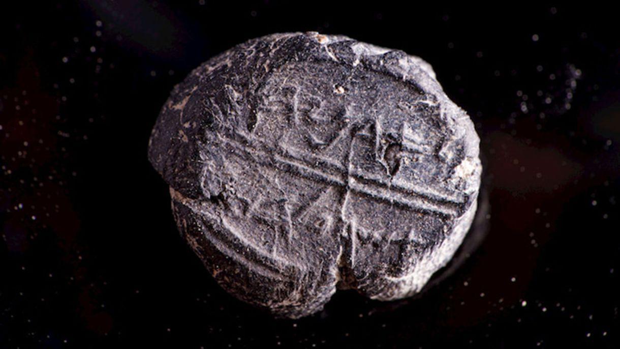 """En el sello se puede leer la inscripción en hebreo antiguo con las palabras """"perteneciente a Adonías (Adoniyahu), mayordomo real"""""""