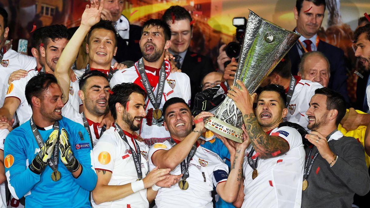Reyes levanta la Europa League, torneo que conquistó en tres ocasiones con la camiseta del Sevilla (REUTERS/Dylan Martinez)