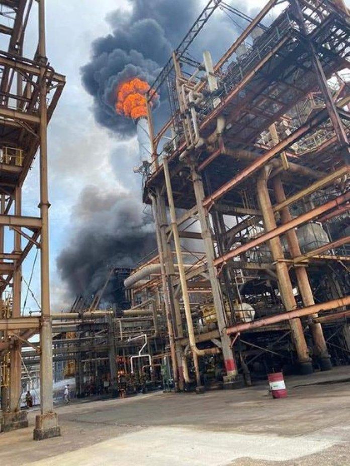 Incendio en refinería de Pemex (Foto: Twitter / @abrahamjesusac3)