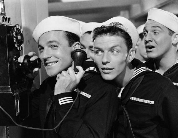 """Frank Sinatra dejó una marca en Hollywood: actuó en varias películas, como """"Anchors Aweigh""""."""
