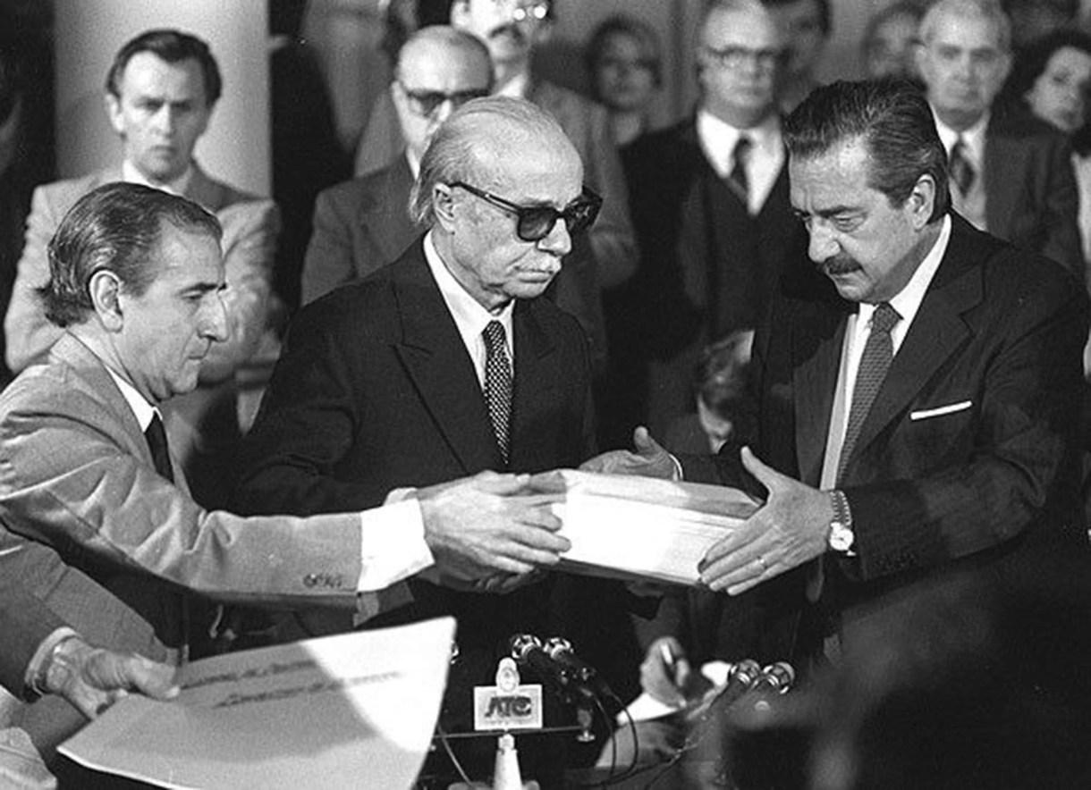 Ernesto Sabato entrega del informe de la Conadep a Raúl Alfonsín