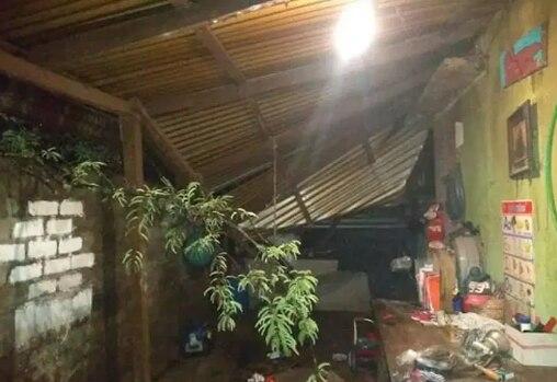 Un árbol cayó en el techo de una casa de la comunidad de la Y Griega. Foto: El Sur