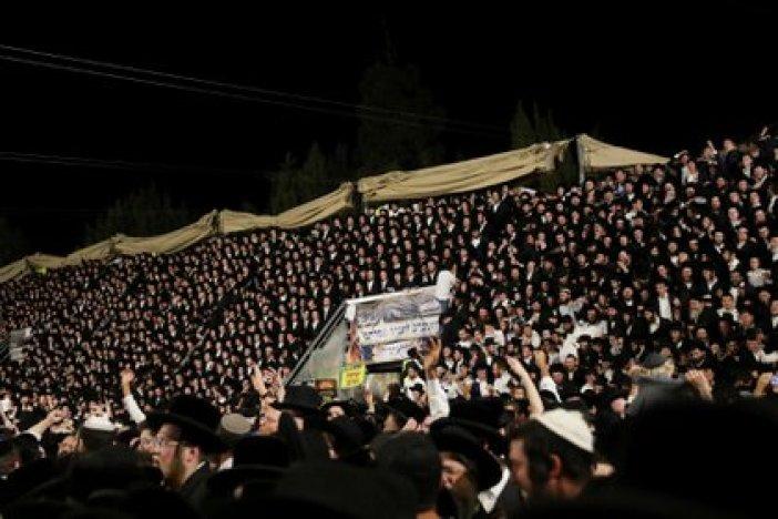 Cientos de personas celebrando durante la festividad religiosa al pie del monte Meron, Israel. REUTERS/ Stringer