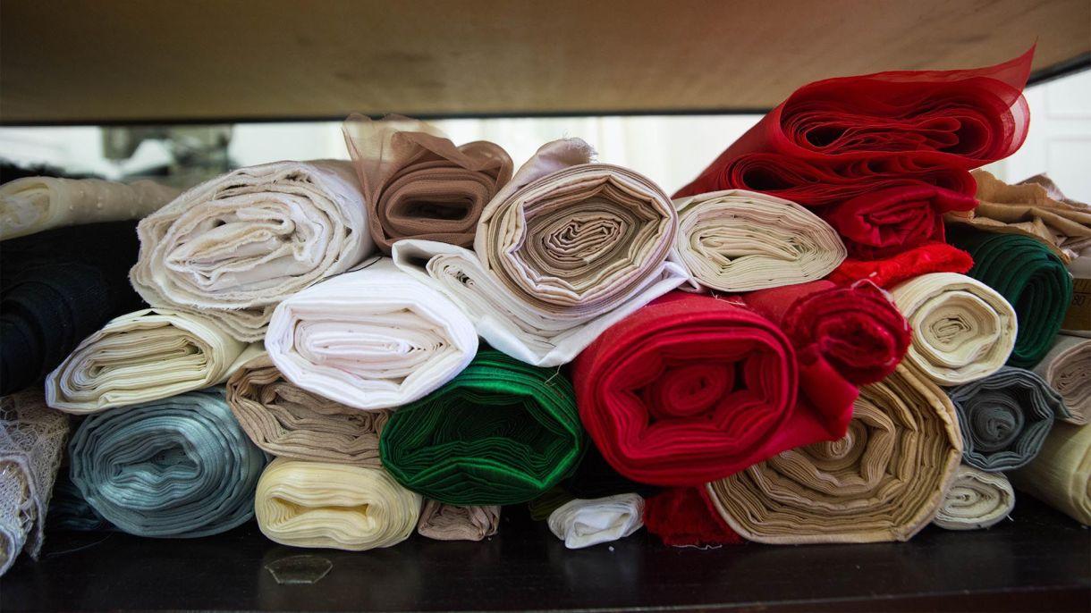 Los géneros de las colecciones en el taller de Saiach. Tul, gasa, seda, muselina, shantung, richelieu, los favoritos del diseñador están presentes en su lugar de trabajo y en todas las tonalidades (Franco Fafasuli)