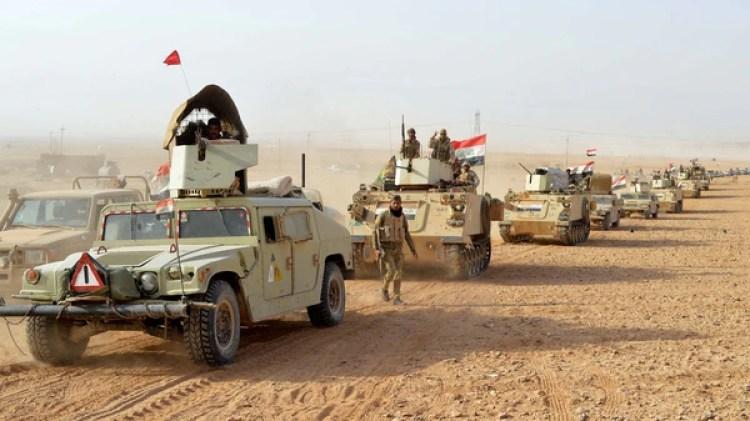 Las banderas iraquíes reemplazaron a las de ISIS en Rawa (Reuters)
