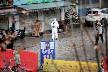 Un trabajador con traje protector en el mercado cerrado de Wuhan, provincia de Hubei, China, el 10 de enero de 2020 (REUTERS/Stringer/archivo)
