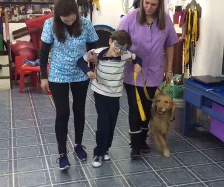 Rafael en uno de los encuentros con Lizy, su perro de asistencia terapéutica en T.A.C.O.P