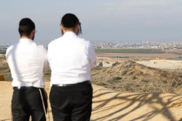 Dos israelíes observan la frontera con Gaza cerca de la ciudad de Sderot (JACK GUEZ / AFP)