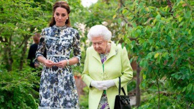 La reina Isabel II junto con Kate Middleton, esposa del príncipe William